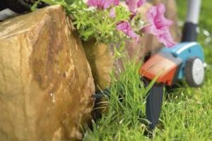 Schwierige Ecken mit Rasenkantenschneidern bearbeiten